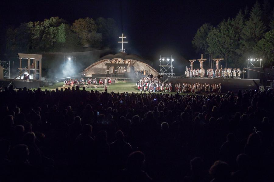 Óriási siker, 25 ezer néző Csíksomlyón a Nemzeti Színház Passió előadásán