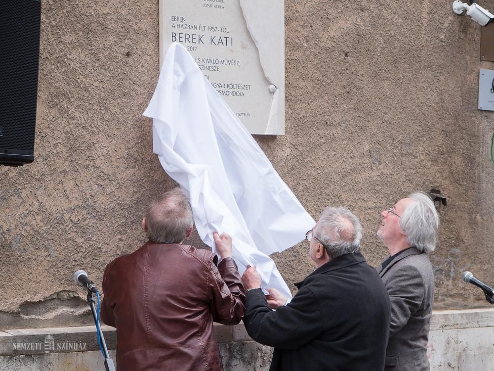 Emléktábla Berek Kati egykori otthonának falán Budapesten