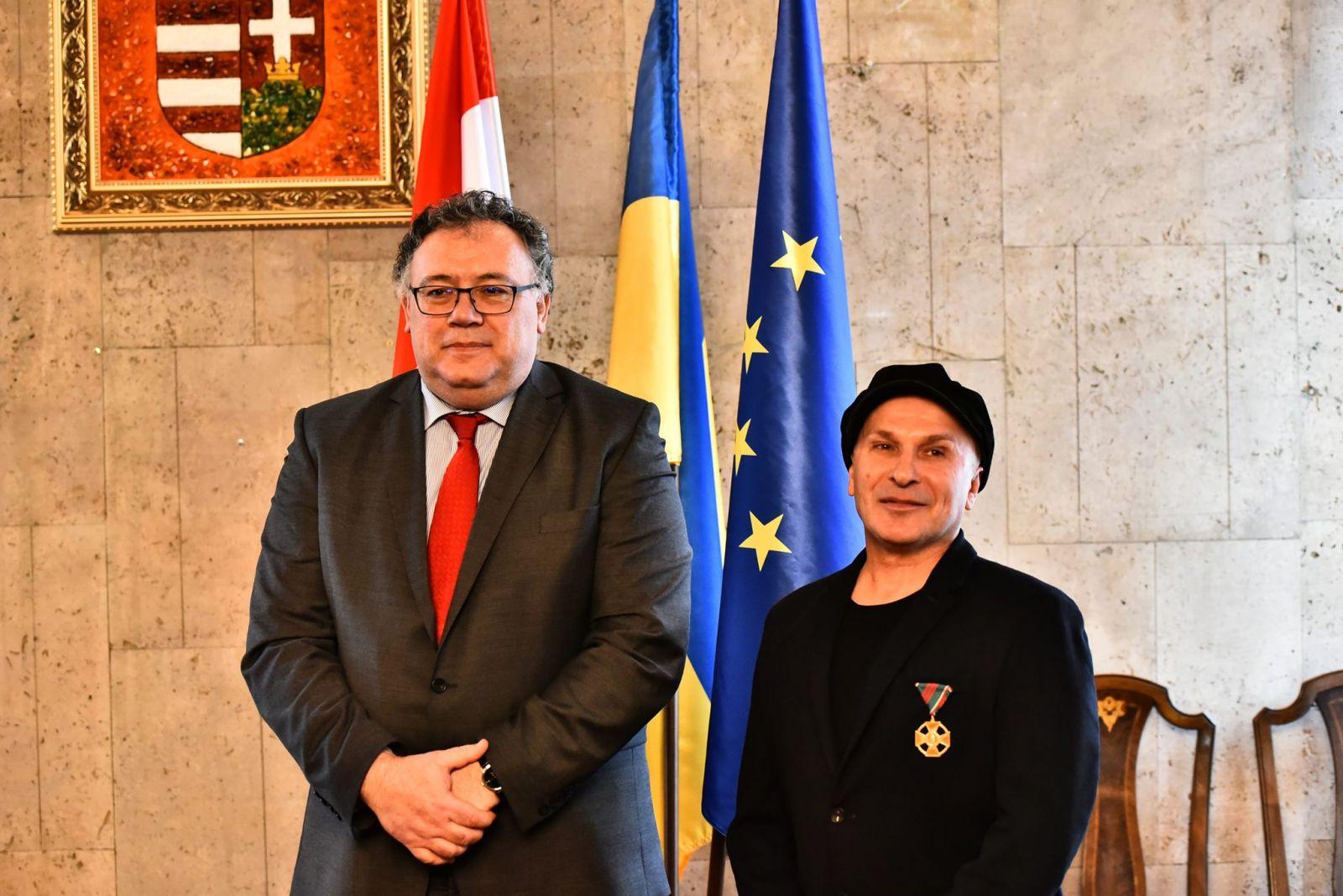 Magyar Arany Érdemkereszt kitüntetést vehetett át Olekszandr Bilozub ukrán színházi rendező, jelmez- és díszlettervező